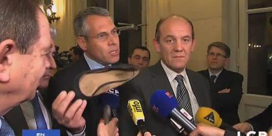 """Le député UMP Philippe Meunier a brandi une ballerine, rapportée de l'extérieur de l'Assemblée, pour expliquer que la manifestation n'est pas uniquement composée de """"'nervis d'extrême droite""""."""