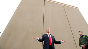 Donald Trump devant un prototype de mur à San Diego, le 13 mars 2018.