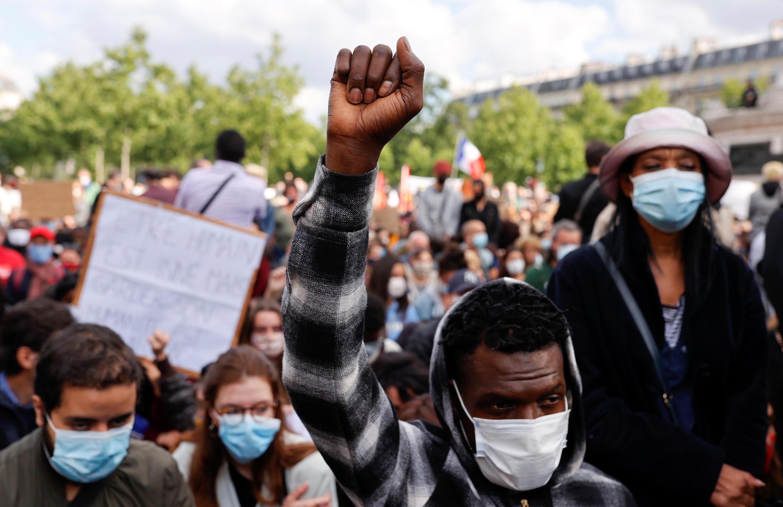 Des manifestants rassemblés place de la République, le 9 juin à Paris, en hommage à George Floyd, tué par des policiers à Houston aux États-Unis.