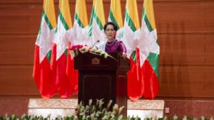 الزعيمة البورمية أونغ سان سو تشي تلقي كلمة في البرلمان في نايبيداو في 19 أيلول/سبتمبر 2017