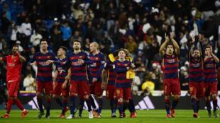 Les joueurs du FC Barcelone célèbrent leur victoire, le 21 novembre 2015.