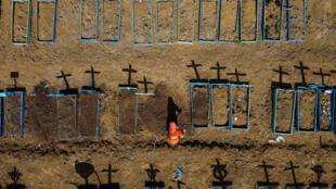 Vue aérienne du cimetière Nossa Senhora Aparecida près de Taruma, Manaus, au Brésil, le 2 juin 2020