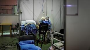 Un soignant enlace une patiente dans un hôpital de campagne pour malades du Covid-19 à Portimao (Portugal), le 9 février 2021