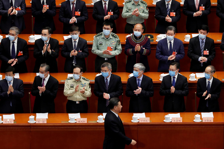 El presidente chino, Xi Jinping, pasa junto a los funcionarios cuando llega a la sesión de apertura de la Conferencia Consultiva Política del Pueblo Chino (CPPCC) en el Gran Salón del Pueblo en Beijing, China, 21 de mayo de 2020.