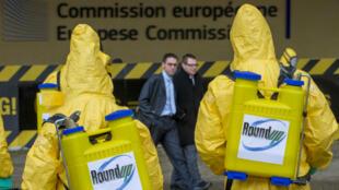 Des militants de Greenpeace International manifestent devant le siège de la Commission européenne, le 7 novembre 2012.
