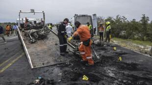 Un bombero retira los restos de un camión cisterna que transportaba combustible, en Pueblo Viejo, al norte de Bogotá, Colombia, el 6 de julio de 2020