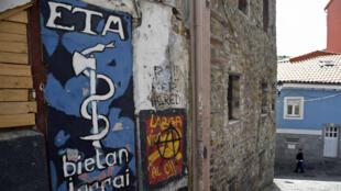 Peinture murale représentant l'emblème de l'ETA dans le village de Bermeo, dans le nord de l'Espagne, le 30 mars 2017.