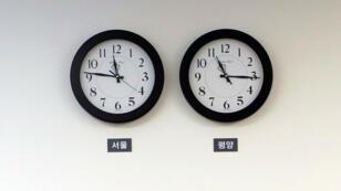 Imagen de un reloj con la hora de Corea del Sur (izquierda) y otro con la hora norcoreana (derecha), durante la cumbre bilateral del viernes. 25/4/18