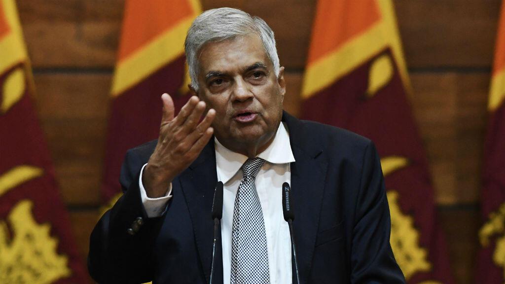 El primer ministro de Sri Lanka, Ranil Wickremesinghe, habla durante una rueda de prensa en Colombo, Sri Lanka, el 23 de abril de 2019, día de luto nacional en ese país tras los atentados ocurridos en tres iglesias y tres hoteles de lujo dos días antes.