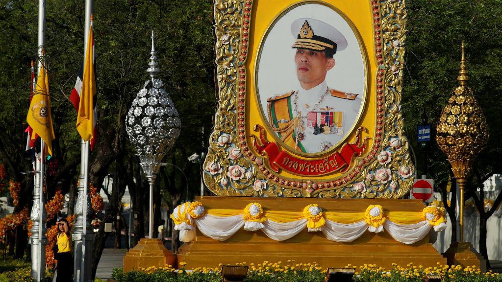 Un retrato del rey Maha Vajiralongkorn se ve antes de su coronación en Bangkok, Tailandia , 3 de mayo de 2019.