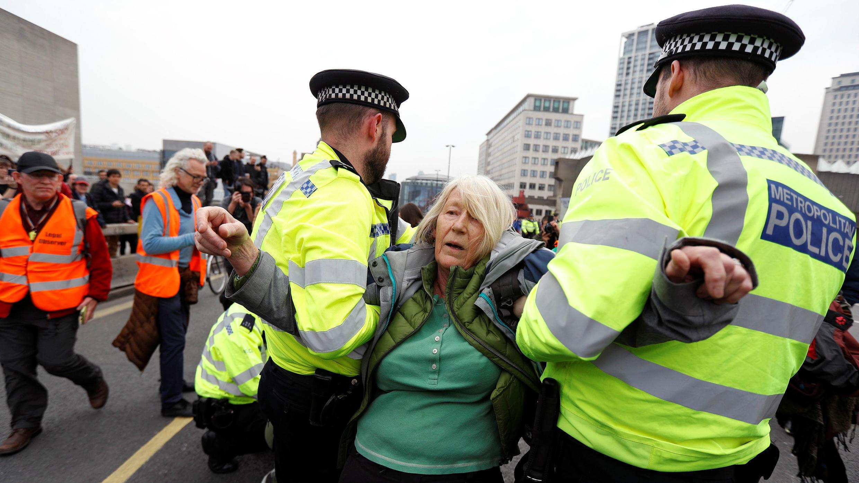 Agentes de policía detienen a un activista del cambio climático en el puente de Waterloo durante la protesta de Extinction Rebellion en Londres, Reino Unido, el 16 de abril de 2019.