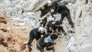 Des Casques blancs syriens en intervention après une frappe sur un village de la province d'Alep en mars 2017.