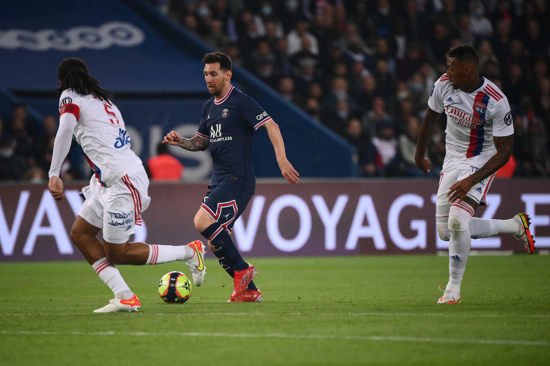 La star du PSG Leo Messi est chassés par les défenseurs lyonnais Jerome Boateng et Jason Denayer, lors du choc de Ligue 1 au Parc des Princes, le 19 septembre 2021