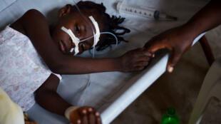 Une fillette présentant les syndromes du choléra est traitée dans un centre de traitement spécialisé en Haïti, le 23 août 2016.