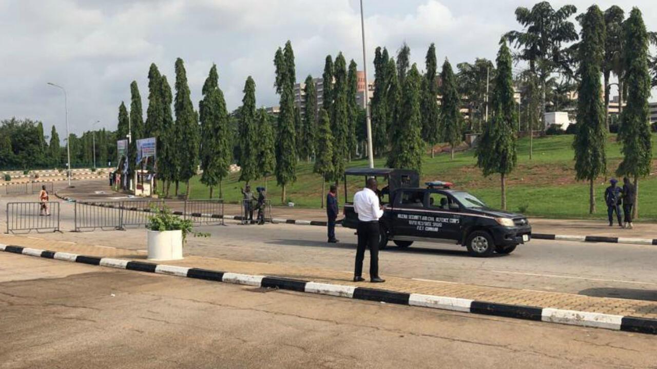 Des forces de l'ordre sécurisent la zone en dehors de l'Assemblée nationale à Abuja, au Nigeria, le 9 juillet 2019.