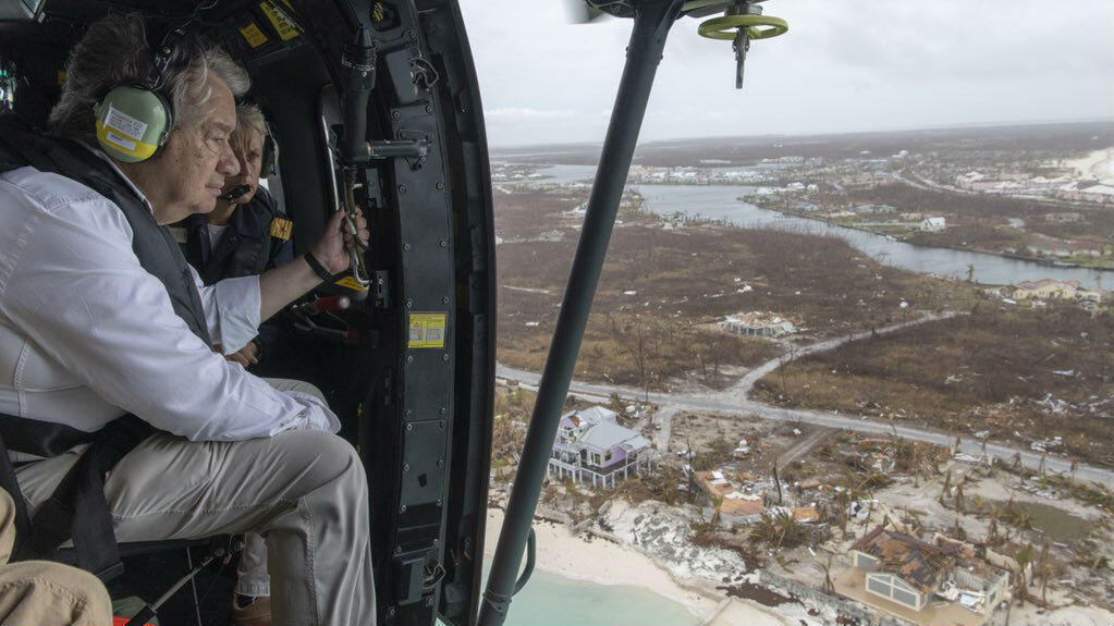 El secretario general de la ONU, António Guterres, sobrevuela Islas Ábaco, Bahamas, el 14 de septiembre de 2019.