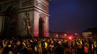 """Des """"Gilets jaunes"""" rassemblés près de l'Arc de triomphe à Paris, le 1er décembre 2018."""
