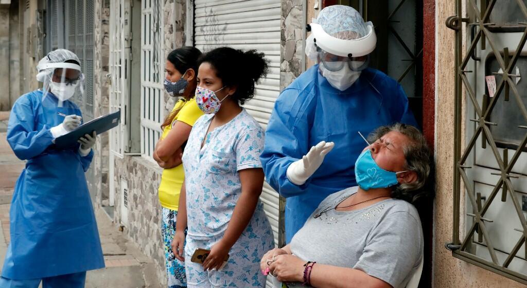 Personal médico de la secretaría de salud realiza pruebas de COVID-19 este miércoles en la localidad de Kennedy, en Bogotá (Colombia). La Alcaldía de Bogotá aumentó los controles sanitarios y la entrega de mercados ante el avance del coronavirus en la ciudad, sobre todo en la populosa barriada de Kennedy.