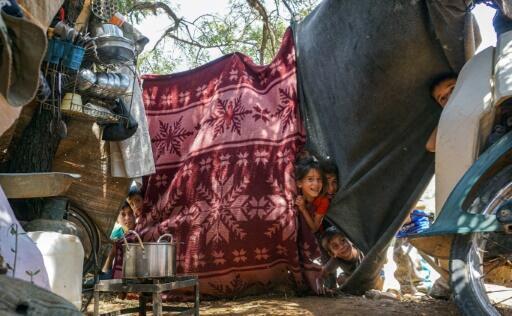 أطفال في مخيم للنازحين السوريين في شمال إدلب في 27 حزيران/يونيو 2019
