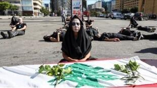 متظاهرون لبنانيون ينظمون مأتما رمزيا في وسط بيروت، 13 يونيو/حزيران 2020.