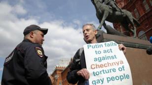 El reconocido activista británico por los derechos LGBTI, Peter Tatchel  durante una protesta en la Plaza Manezhnaya. 14 de junio de 2018.