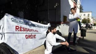 Les internes en médecine lors du sit-in devant l'hôpital Mustapha Pacha à Alger, le 23 janvier 2018.