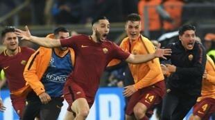 فرحة لاعبي نادي روما بعد الفوز على برشلونة 3-صفر والتأهل لنصف النهائي. 10 نيسان/أبريل 2018.