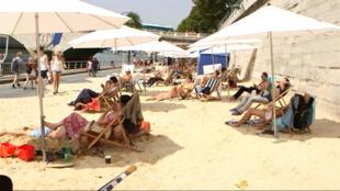 """مصطافون على شاطئ """"باري بلاج"""" الاصطناعي  2015"""