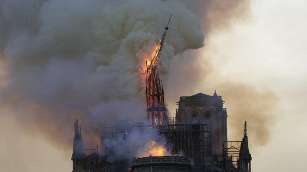 انهيار برج الكاتدرائية القوطية التي شيدت بين القرنين الثاني عشر والرابع عشر والبالغ ارتفاعه 93 مترا، وكذلك سقفها.