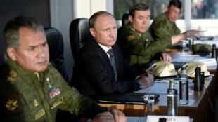 Vladimir Poutine et son ministre de la Défense Sergueï Choïgou, samedi 19 septembre 2015, lors d'un exercice militaire dans la région d'Orenbourg.