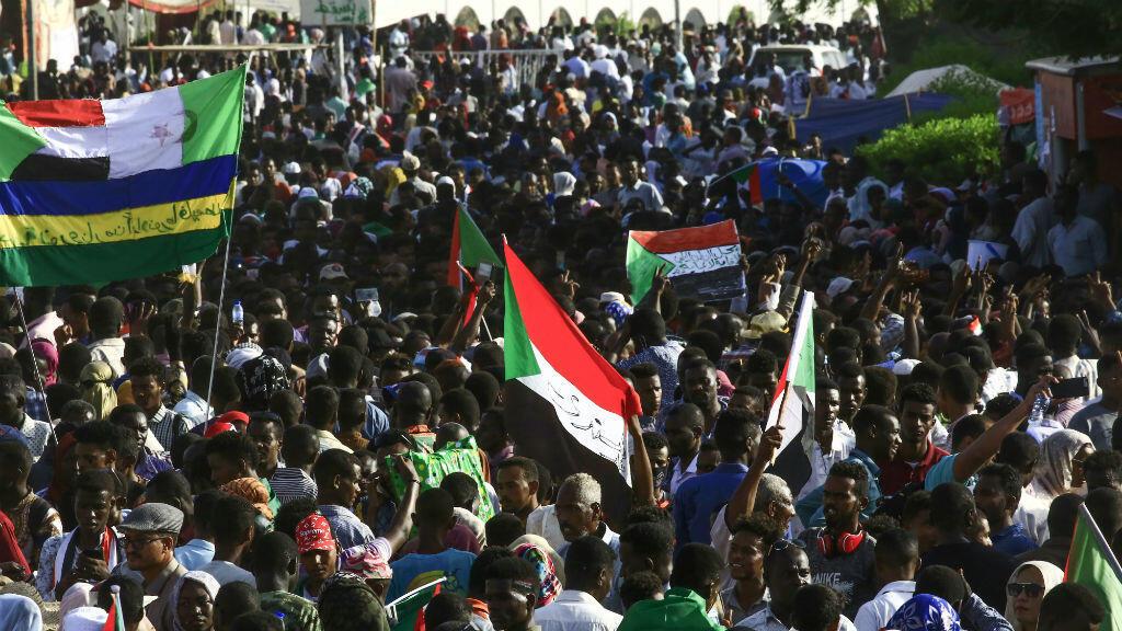 Los manifestantes sudaneses ondean la bandera nacional durante la 'marcha del millón' frente al cuartel general del Ejército en la capital de Sudán, Jartum, el 25 de abril de 2019.