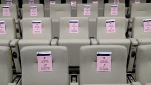 Unos carteles piden dejar asientos libres en la sala de prensa previa a la cumbre Unión Europea-China por videoconferencia el 22 de junio de 2020 en Bruselas