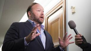 Le complotiste d'extrême droite Alex Jones s'adresse à des journalistes à Washington, le 5 septembre 2018.