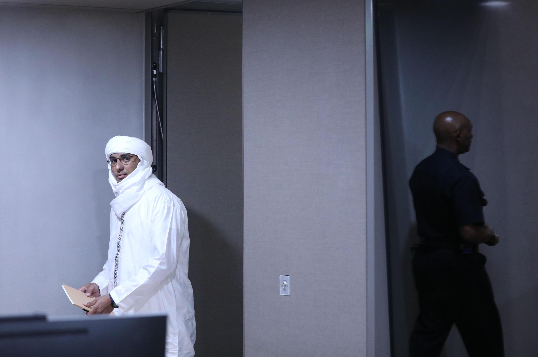Al-Hassan Ag Abdoul Aziz Ag Mohamed Ag Mahmoud arrive à l'audience à la Cour pénale internationale à La Haye.