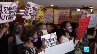 En Turquie, les associations de protection des droits des femmes ne lâchent pas la pression sur le gouvernement. Ici, lors d'une manifestation à Istanbul.