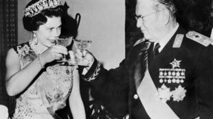صورة من الأرشيف تجمع بين الملكة اليزابيت الثانية وزعيم يوغسلافيا السابق جوزيب بروز تيتو خلال زيارتها ليوغسلافيا في 21 تشرين الأول/أكتوبر 1972