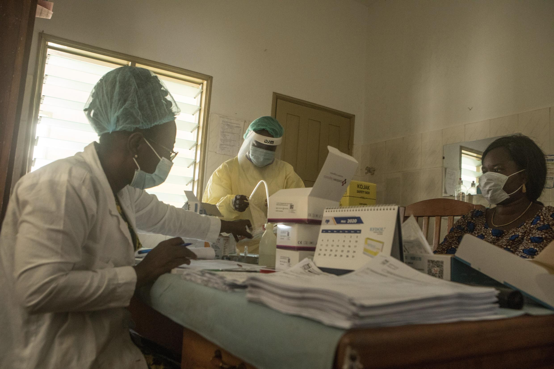 Un homme se fait tester au centre de santé de Cadjèhoun de Cotonou, au Bénin, le 9 mai 2020.