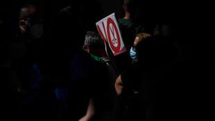 ترفع لافتة ضد إلغاء الوظائف خلال تظاهرة في خيتافي قرب مدريد في 23 تموز/يوليو 2020