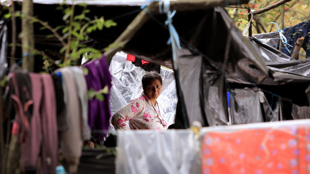 Migrantes venezolanos caminan a través de Colombia para alcanzar la frontera y retornar a su país.