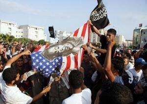 """En première ligne des évènements violents provoqués par le film islamophobe """"Innocence of Muslims"""" qui ont récemment secoué une partie du monde arabo-musulman, les salafistes et leur fameux drapeau noir sont de plus en plus visibles (crédit photo AFP)."""