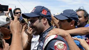 Nasser al-Attiyah félicté après sa victore lors de la deuxième étape du rallye Dakar.