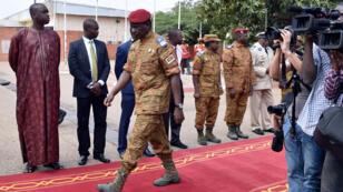 Le lieutenant-colonel Isaac Zida arrive à l'aéroport international de Ouagadougou, le 5 novembre 2014.