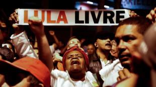Los partidarios del expresidente brasileño Luiz Inácio Lula da Silva -en la cárcel desde abril por corrupción- manifiestan exigiendo su liberación en Sao Bernardo do Campo, en el área metropolitana de Sao Paulo, Brasil, el 8 de julio de 2018.