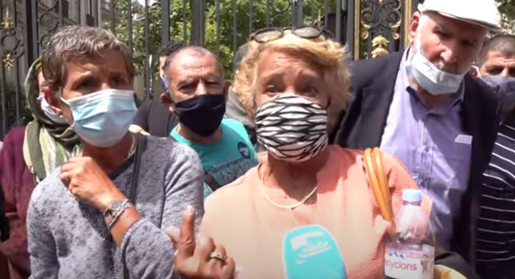Des manifestants devant l'ambassade d'Algérie à Paris pour demander des rapatriements.