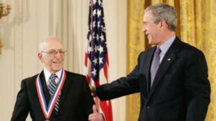 Ralph Baer a reçu, en 2006, la National Medal of Technology du président américain de l'époque Georges W. Bush.