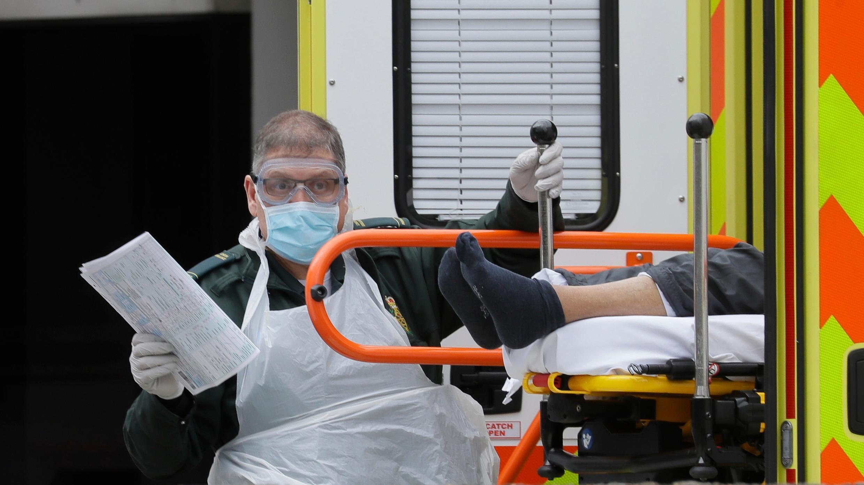 En esta foto de archivo del martes 31 de marzo de 2020, se asiste a un paciente que sale de una ambulancia a su llegada al Hospital St Thomas, uno de los muchos hospitales que se ocupan de pacientes con coronavirus en Londres.