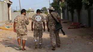 أفراد القوات الحكومية الليبية المعترف بها دوليا يحملون أسلحة في عين زارة، طرابلس، ليبيا 14 أكتوبر 2019.