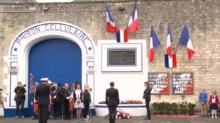 À Caen, Emmanuel Macron a pris part à une cérémonie organisée en hommage aux résistants abattus le 6 juin 1944 à la maison d'arrêt de la ville.