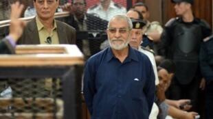 محمد بديع أثناء مثوله أمام المحكمة في القاهرة في 2014.