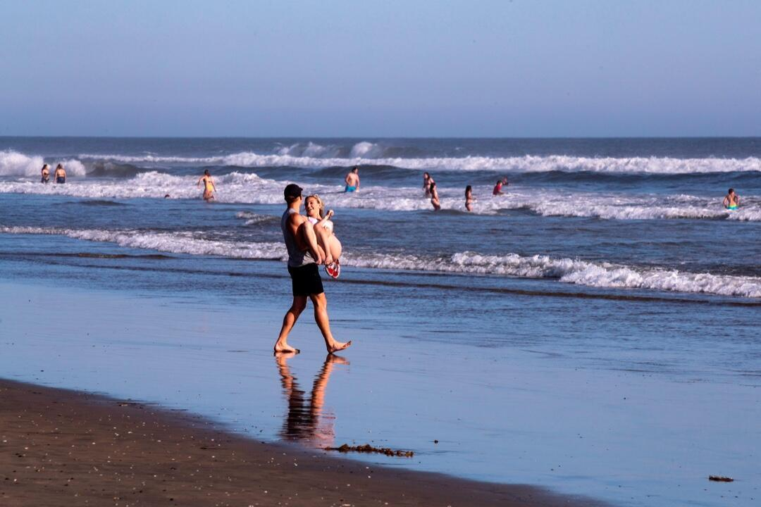 Una pareja en Huntington Beach, California, el 24 de abril en medio de la pandemia.